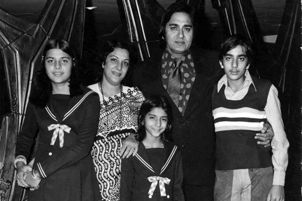 SanjayDutt With His Parents And Sisters