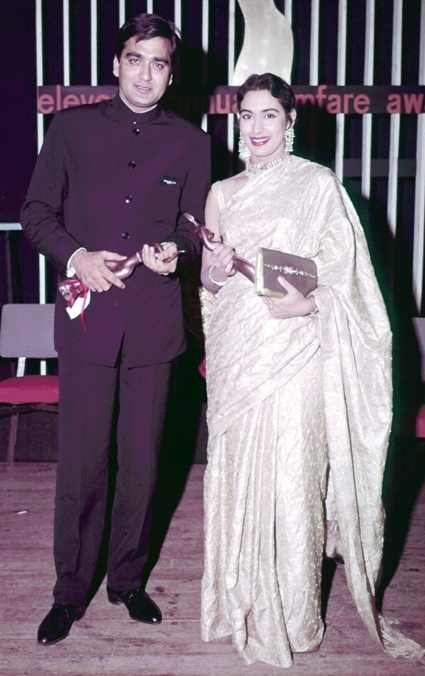Sunil Dutt Holding Filfare Award With Actress Nutan
