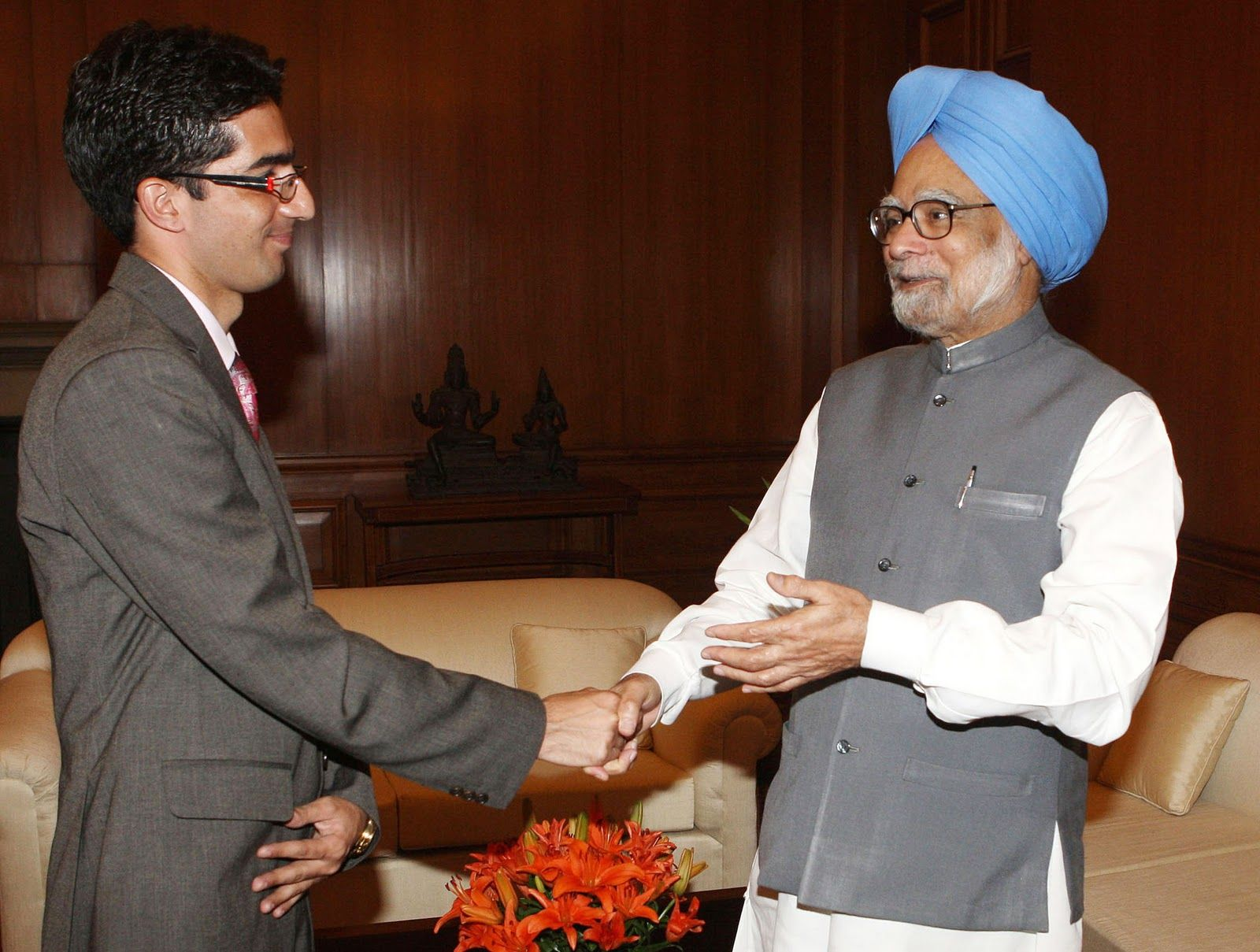 Dr Manmohan Singh Congragulating Faesal on His Success In Civil Services Exam